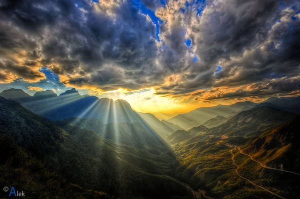 Đỉnh Ô Quy Hồ: Cùng nằm trên đường đi Lai Châu, qua thác Bạc và thác Tình Yêu bạn sẽ được ghé thăm đỉnh đèo Ô Qui Hồ, một trong tứ đại danh đèo của núi rừng phía Bắc. Đứng trên đỉnh đèo bạn sẽ nhìn thấy những con đường uống lượn nối liền hai tỉnh Lào Cai và Lai Châu. Cạnh đó là dãy Hoàng Liên Sơn hùng vỹ. Ảnh: Quân Alek