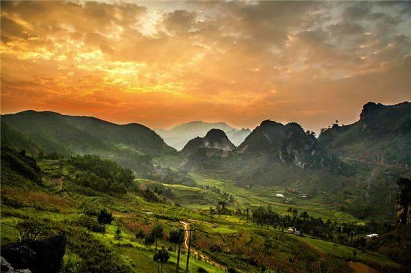 Cao nguyên đá Đồng Văn với phong cảnh hùng vĩ mê hoặc và cuốn hút du khách.
