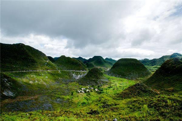 Cao nguyên đá Đồng Văn là một vùng núi đá hiểm trở và hùng vĩ với cảnh đẹp tráng lệ và ấn tượng.