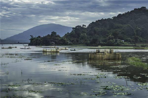 Hồ Lắk là một hồ nước ngọt tự nhiên lớn thứ hai Việt Nam sau hồ Ba Bể, thuộc địa phận tỉnh Đắk Lắk. Xung quanh hồ có những dãy núi lớn được bao phủ bởi các cánh rừng nguyên sinh.