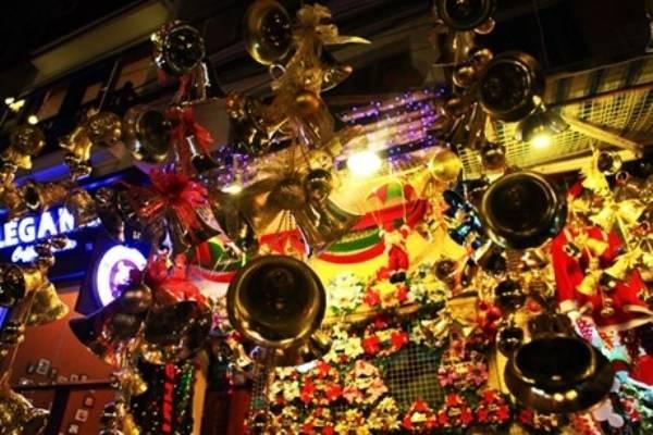 Các món đồ trang trí Giáng sinh được bày bán ở khu phố người Hoa. Ảnh: Giadinhvietnam