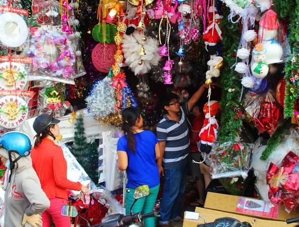 Nhiều cửa hàng bán đồ trang trí Giáng sinh bắt đầu tấp nập khách. Ảnh: Tri thức