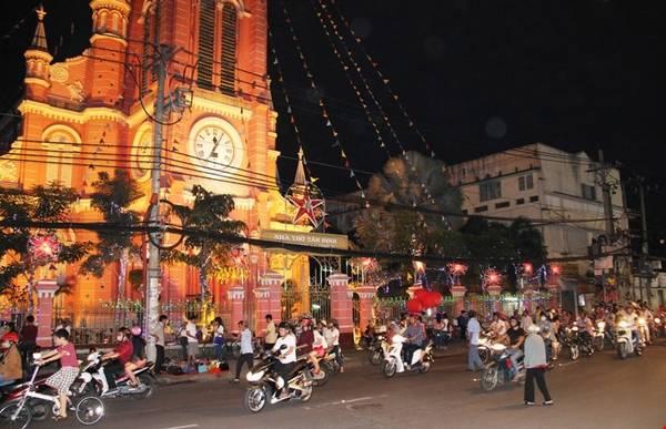 Nhà thờ Tân Định trên đường Hai Bà Trưng rực sáng dưới ánh đèn trong mùa Giáng Sinh. Ảnh: Kiến thức