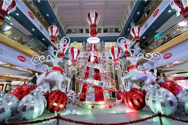 Các trung tâm thương mại trang hoàng rực rỡ mừng Giáng sinh. Ảnh: Ly Nguyen Photography