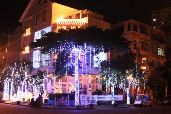 Các căn biệt thự ở Phú Mỹ Hưng bừng sáng dưới ánh đèn báo hiệu Noel đang về.Ảnh: Huấn Phan