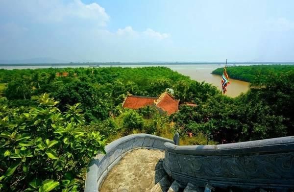 Đền Tràng nhìn ra sông Bạch Đằng -Ảnh: hoangtuananh.