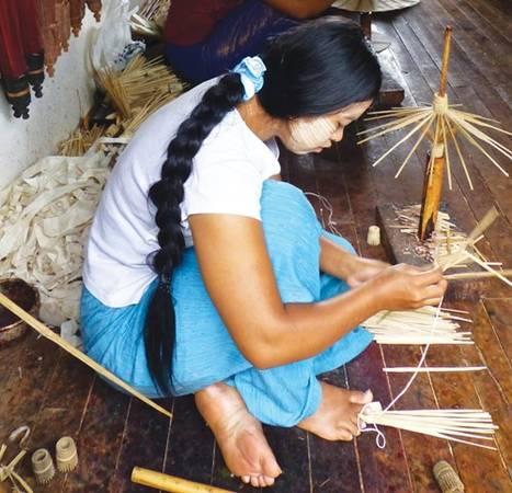Một thiếu nữ địa phương trang điểm bằng tanaka