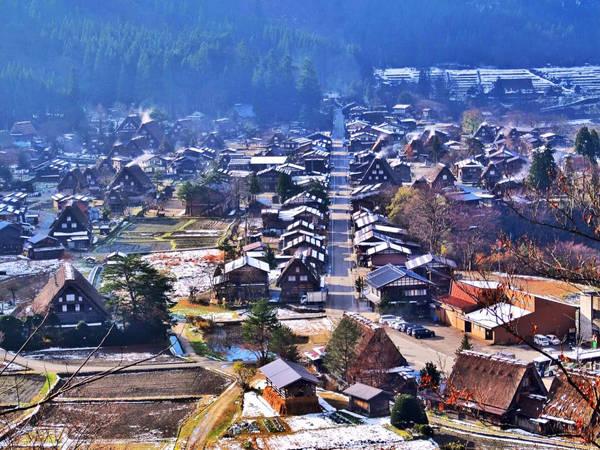 Đứng từ trên đồi ngắm xuống toàn cảnh Shirakawa-go.