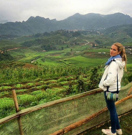Mireia Lalaguna Royo, 23 tuổi, đăng quang Miss World 2015 trong đêm chung kết diễn ra tại Trung Quốc tối 19/12. Cô là sinh viên ngành Dược đến từ thành phố Barcelona có niềm yêu thích đặc biệt với âm nhạc và du lịch. Người đẹp từng đi khắp châu Âu và một số nước châu Á. Cách đây 5 tháng, cô tới Việt Nam và chia sẻ những bức hình trên Instagram. Trong hình, Mireia ở Sapa, Lào Cai.