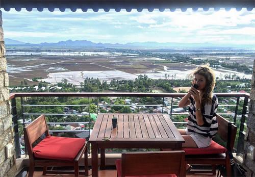 Cô chụp hình tại khu nghỉ dưỡng Victoria Núi Sam Lodgeở Châu Đốc, An Giang.
