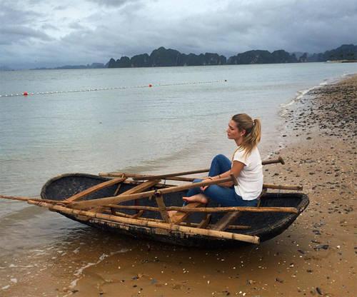 """Người đẹp đăng tải bức hình trên bãi biển ở Tuần Châu, Quảng Ninh. Mireia Lalaguna chia sẻ trước chung kết Hoa hậu Hoàn vũ: """"Sau khi tới thăm Ấn Độ, Việt Nam và Campuchia, tôi quan tâm tới đạo Phật - tôn giáo dựa vào việc kiểm soát năng lượng bên trong, tìm kiếm hạnh phúc thông qua sự kết nối của tâm hồn và cơ thể""""."""