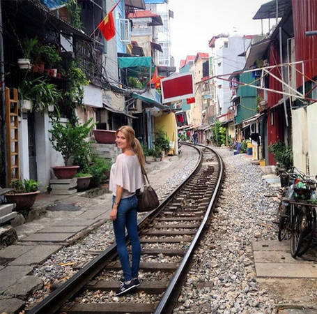 Người đẹp chụp hình ở Hà Nội.