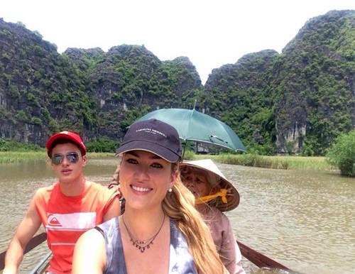 Cô cũng tới Tam Cốc - Bích Động ở Ninh Bình. Người đẹp đi cùng em trai.