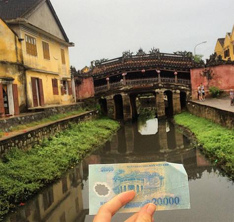 Tân Hoa hậu Thế giới cũng từng có mặt ở Hội An. Cô đăng tải trên Instagram bức hình chụp Chùa Cầu với một tờ tiền Việt.