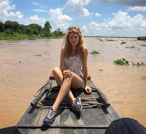 Cô cũng tới thăm miền Tây. Trong hình, người đẹp đi thuyền trên sông Mekong, khu vực Cái Bè, tỉnh Tiền Giang.