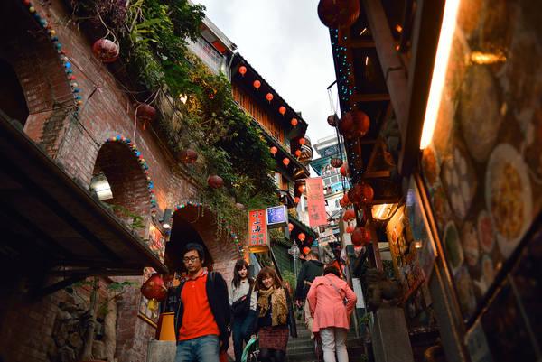Ngày nay, làng Jiufen trở thành tâm điểm thu hút khách du lịch với vẻ đẹp tự nhiên cuốn hút. Xung quanh trị trấn có hàng trăm cửa hàng, quầy cà phê, nhà hàng, phòng trà cùng với rất nhiều cửa hàng thủ công mỹ nghệ, những đại lộ trải dài tập trung nhiều khách du lịch. Ảnh: Shingo23