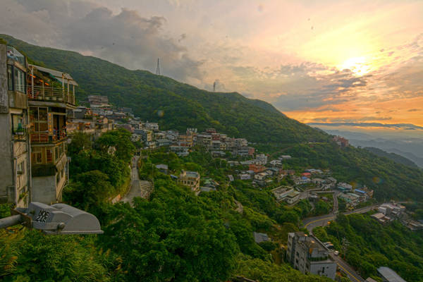 Vì nằm trên sườn núi nên làng Jiufen sở hữu vẻ đẹp hết sức lãng mạn. Ảnh: Cathy Cheung