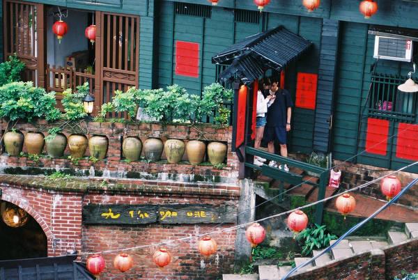 Chỉ nằm cách Đài Bắc 1 giờ đi xe về phía Bắc, Jiufen từng là nơi người ta đổ xô đến đào vàng. Ngày nay, khu mỏ đã đóng cửa, Jiufen được tu sửa và đón tiếp du khách với những trà quán thanh bình, những cửa hàng, quán bar, phòng triển lãm rải rác khắp nơi. Ảnh: Panuwat Lamkrija