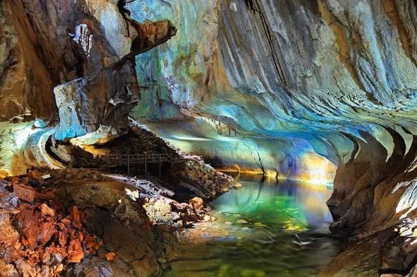 Hệ thống hang động rộng lớn ở Vườn quốc gia Gunung Mulu mang vẻ đẹp nguyên sơ với các cột nhũ đá. Ảnh: pinterest.