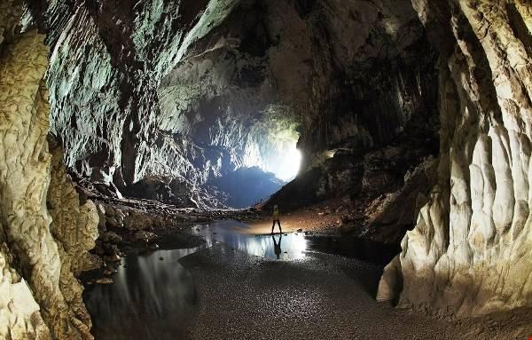 Hang động ở Vườn quốc gia Gunung Mulu có cấu trúc hoàn hảo với sự kết hợp của các lớp đá vôi tinh khiết, những thác nước cao. Ảnh: holidaygogogo.