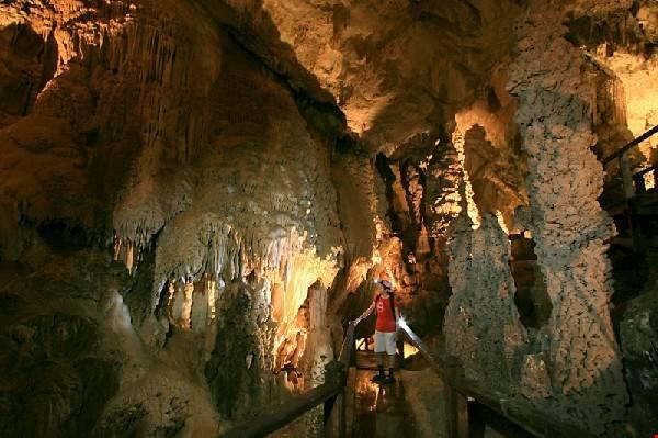 Những hang động sâu với các nhũ đá hình thù kỳ lạ được hình thành qua hàng triệu năm. Ảnh: attractionsinmalaysia.