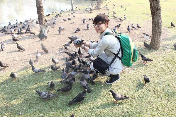 Megumi và những chú bồ câu thân thiện trong công viên ở Bangkok.