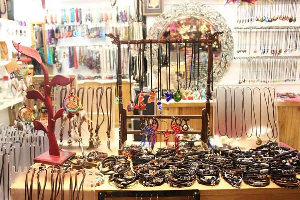 kinh-nghie Các khu chợ bày bán đồ đa dạng và giá khá rẻ.
