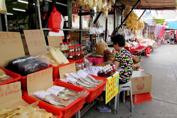 Khi tản bộ trên những con phố ở Tai O, bạn sẽ dễ dàng bắt gặp các quầy bán đồ ăn nhẹ và ẩm thực đường phố ở hầu hết những góc phố. Đa phần trong số chúng đều được làm từ hải sản do Tai O là một làng chài. Ảnh: Ruth Johnston