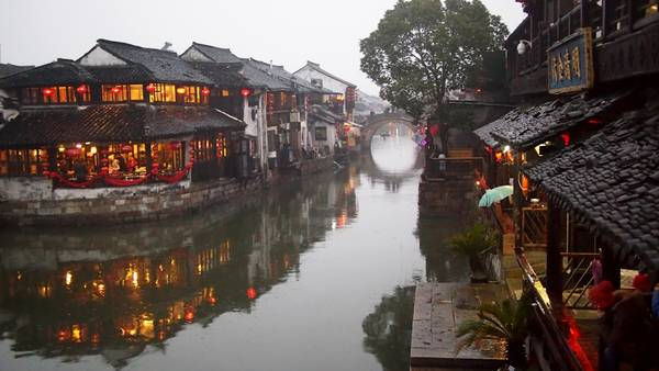 Tây Đường là một cổ trấn đặc biệt của Trung Quốc, nơi đây gây ấn tượng với du khách bởi những chiếc cầu nhỏ xinh đẹp bắc qua dòng kênh. Tuy cổ trấn này đã có hơn một ngàn năm lịch sử, nhưng vẫn tràn đầy sức sống.Ảnh: Applebeesatpeartree
