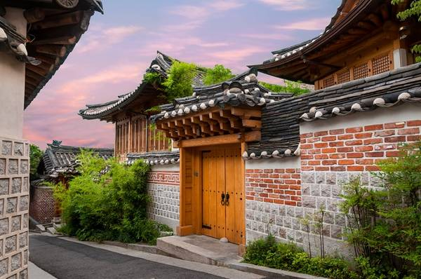 Làng Bukchon Hanok được xem là ngôi làng cổ đẹp nhất Seoul. Ảnh: Skyscanner