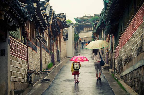 Du khách đi dạo ởBukchon Hanok.Ảnh: Robert Koehler