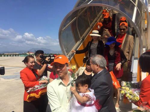 Những vị khách đầu tiên trên đường bay mới Vinh - Nha Trang.
