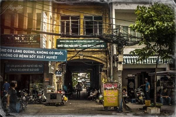 Có thể thấy, từng góc đường, từng con phố nơi mảnh đất Sài thành bỗng trở nên bình yên, giản dị đến lạ dưới ống kính của nhiếp ảnh gia người Pháp. (Ảnh: Internet)
