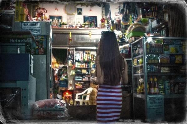 Nếu cô gái đứng nơi góc tiệm tạp hóa nhỏ mang cho bạn sự bình dị... (Ảnh: Internet)