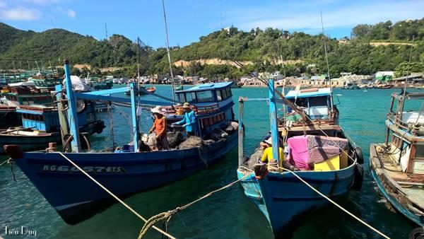 Để đến Nam Du, bạn phải mất 6 tiếng đi xe giường nằm từ Sài Gòn đến Rạch Giá, sau đó từ Rạch Giá đi tàu cao tốc thêm 2 tiếng rưỡi nữa mới đến được quần đảo Nam Du. Tàu sẽ cập bến ở Hòn Lớn là hòn đảo lớn nhất trong 21 đảo thuộc quần đảo Nam Du.