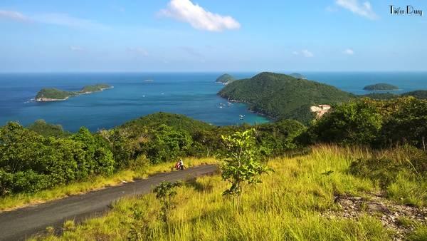 Đường lên hải đăng sẽ đi ngang qua dốc Ân Tình - cách gọi của người địa phương (một số tài liệu gọi là dốc Ông Tình). Từ đây, bạn có thể phóng tầm mắt ra bao la biển trời, hai bên đều xanh mướt một màu của biển.