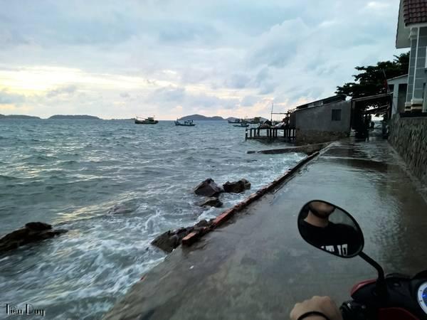 Vào những lúc thủy triều lên cao gặp biển động, sóng đánh rất dữ dội. Đây là con đường vòng quanh đảo ở Bãi Cỏ, sóng đánh ướt cả một đoạn đường chạy xe vô cùng nguy hiểm.