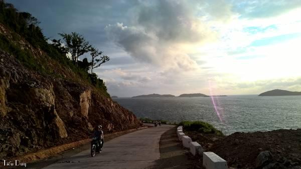 Ở bất kỳ góc đường nào trên đảo Nam Du, bạn cũng sẽ không khỏi ngỡ ngàng vì vẻ đẹp mà thiên nhiên mang lại, đặc biệt là vào lúc bình minh hoặc hoàng hôn.