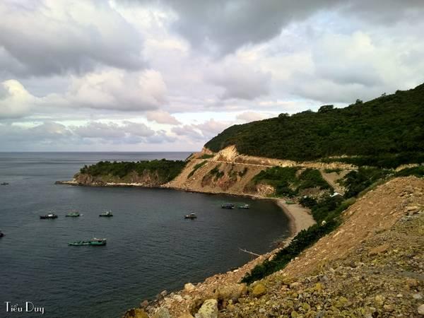 Con đường vòng quanh đảo uốn lượn với những khung cảnh kỳ vĩ không thua kém gì cung đường ven biển đẹp nhất Việt Nam (Phan Rang - Cam Ranh).