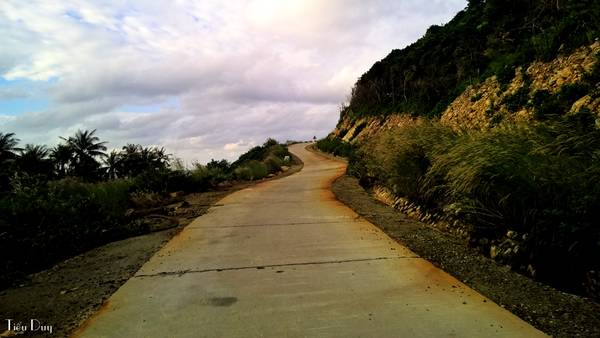 Con đường ngoằn ngoèo như một dải lụa quấn quanh hòn Lớn., nhìn về phía trước như thể chỉ cách vài bươc chân là đến thiên đường.