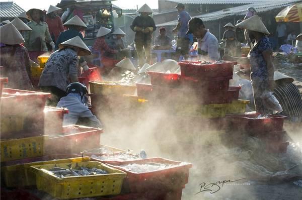 Người ngư dân ở đây còn rất sáng tạo khi lập những trạm phân loại hải sản ngay ngoài khơi xa để rút ngắn khâu vận chuyển. (Ảnh: Nguyễn Vũ Phước)