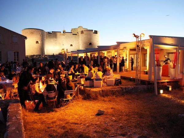 Du khách tham gia tiệc đêm khi tham quan lâu đài If - Ảnh: lesterrassesdemontecristo