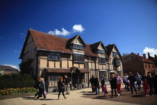 Du khách tham quan ngôi nhà của đại văn hào Shakespeares ở Stratford-Upon-Avon - Ảnh: classicfm