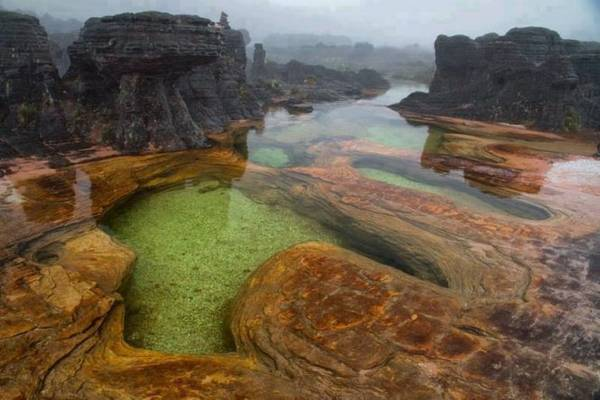 Một kiến tạo địa chất hồ độc đáo ở núi Roraima - Ảnh: wp