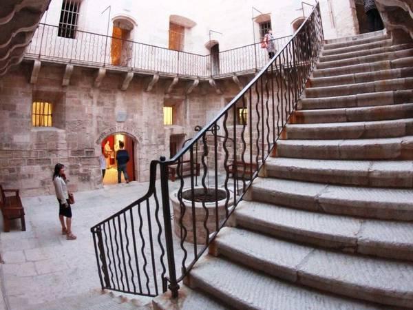 Du khách tham quan lâu đài If - Ảnh: lesterrassesdemontecristo