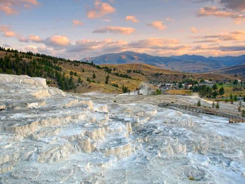 Công viên quốc gia Yellowstone ở đâu?  Yellowstone nằm chủ yếu ở Wyoming và trải rộng một chút đến Montana và Idaho (Mỹ).