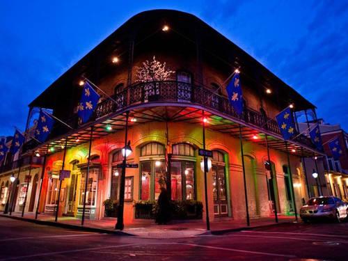 Nên làm gì ở Louisiana? Hãy khám phá ẩm thực nhưng tập trung ở New Orleans (Mỹ) nơi nổi tiếng nhất với loại bánh rán beignets. Buổi tối bạn có thể đi bộ xuống khu phố Pháp, nghe nhạc jazz và hòa mình vào lễ hội Mardi Gras.