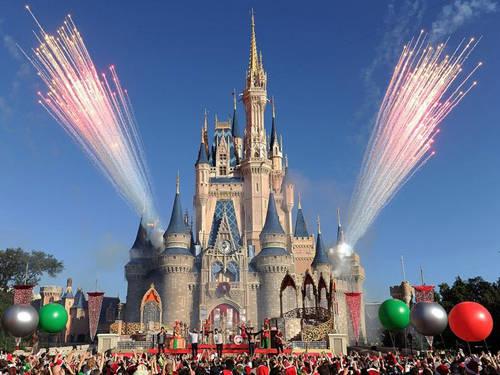 Disneyland ở đâu? Nó có ở nhiều nơi như Anaheim, California còn Disney World thì ở Orlando, Florida và đừng nhầm lẫn hai chỗ này. Một là công viên chủ đề, cái còn lại có cả khu nghỉ dưỡng cùng các công viên giải trí, khu mua sắm....
