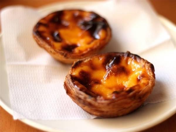 Bồ Đào Nha: Khi tới đây, nhiều du khách đã bị hấp dẫn bởi món bánh nướng nhân trứng đầy quyến rũ custard tart này. Nó thường có mùi vị của chanh, quế và vani, được bày bán ngay trên các quầy hàng ở đường phố.