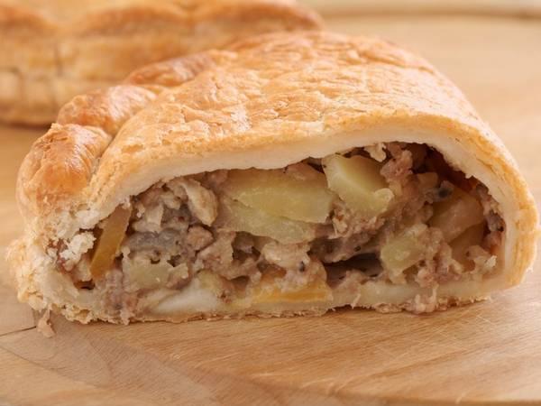 Vương Quốc Anh: Tới đây tham quan, du khách không nên bỏ lỡ món Cornish pasty nổi tiếng, gồm bánh mỳ nhân khoai tây, thịt.